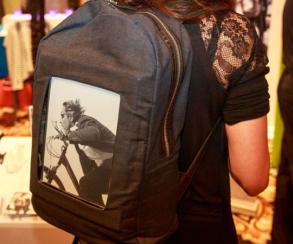 На CES 2017 представили рюкзак со встроенным E-ink экраном