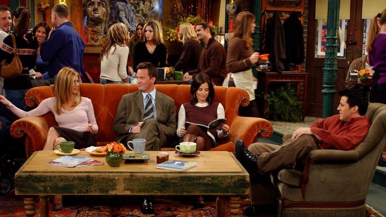 СМИ объяснили вечно свободный столик в кофейне из сериала «Друзья». - Изображение 1