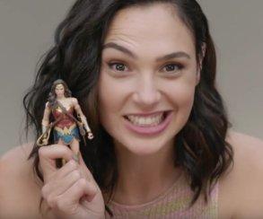 Ор! Актеры «Лиги справедливости» впервые смотрят на игрушки по мотивам фильма
