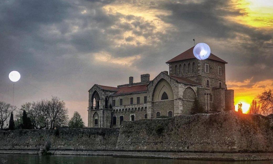Теперь мызнаем еще одну локацию съемок «Ведьмака». Итам… две луны? | Канобу - Изображение 1