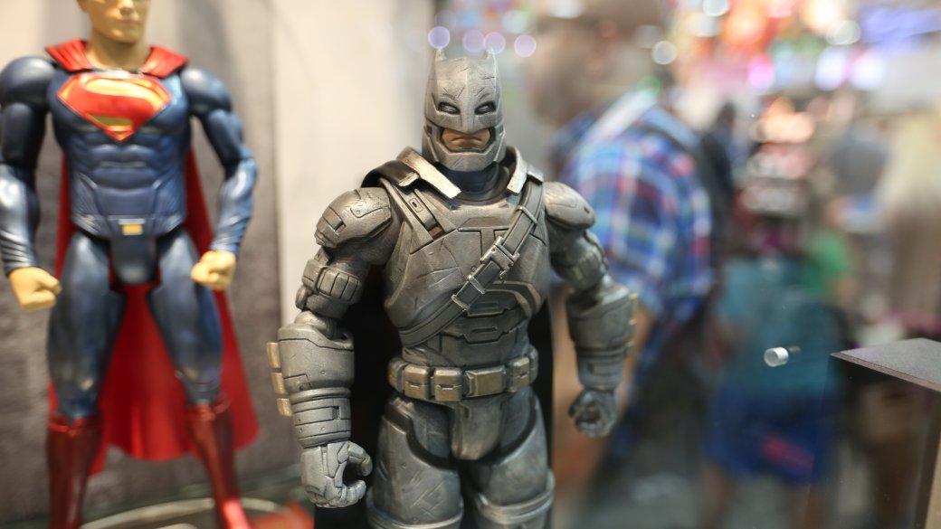 Костюмы, гаджеты и фигурки Бэтмена на Comic-Con 2015 | Канобу - Изображение 18