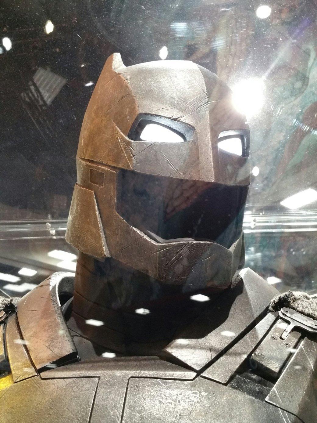 Костюмы, гаджеты и фигурки Бэтмена на Comic-Con 2015 | Канобу - Изображение 20