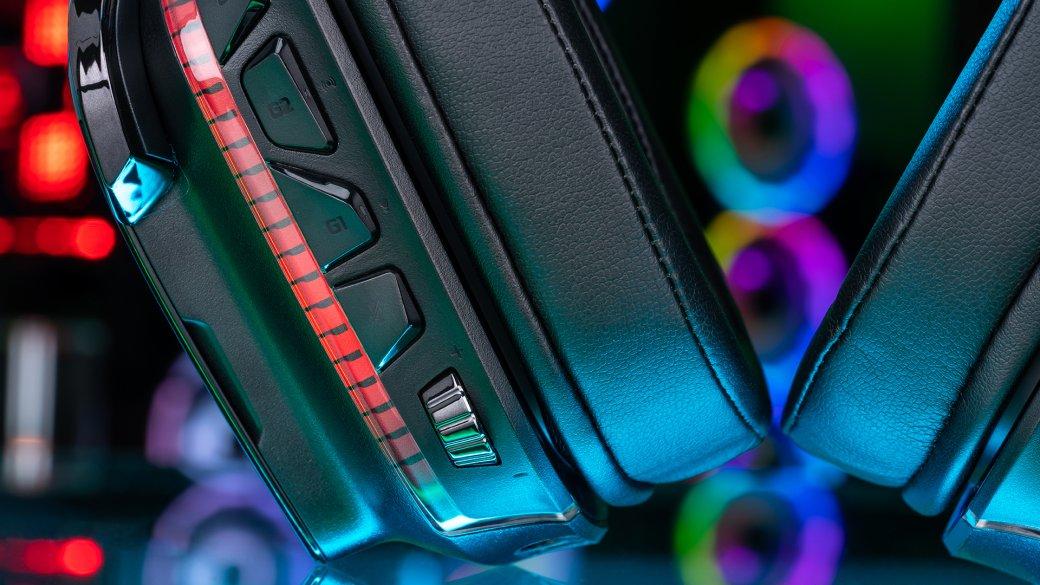 Вспомните свой первый компьютер: белый громоздкий гроб, квадратный монитор создоровой «задницей», позавидует которой даже Кардашьян, волнистая клавиатура скучей ниразу ненажатых кнопок имышка Logitech. Может, так было неувсех, ноубольшинства. Компанию досих пор многие воспринимают как производителя офисных аксессуаров, которые стыдно ставить насвой стол, нарушая главный принцип геймера: светится— значит, игровой. Азря, ведь уже довольно давно Logitech производит устройства снетривиальным дизайном для наших геймерских «рабочих» мест. Один изсамых ярких представителей— игровая гарнитура Logitech G935.<br /><br />Да, она светится.
