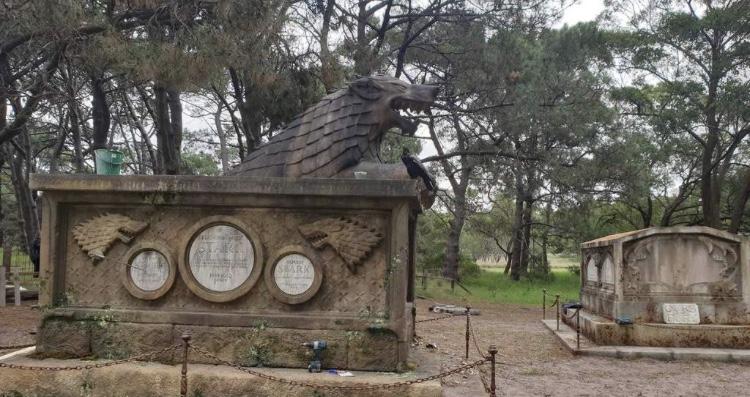 «Держал дверь». В Австралии построили кладбище для мертвых персонажей «Игры престолов» | Канобу - Изображение 2